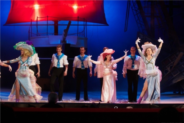 Сцена из мюзикла Алые паруса в Новосибирском академическом молодёжном театре Глобус (Фотограф - Виктор Дмитриев)