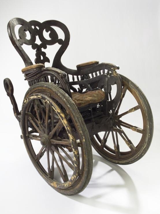 Старинное инвалидное кресло