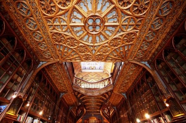 Livraria Lello – прекрасный книжный магазин в Пронто, Португалия (Фото 4)