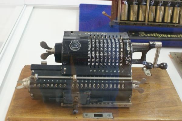 Печатные машинки, арифмометры, трамваи и паровозы. Музей техники в Будапеште и просто в городе. (Фото 6)