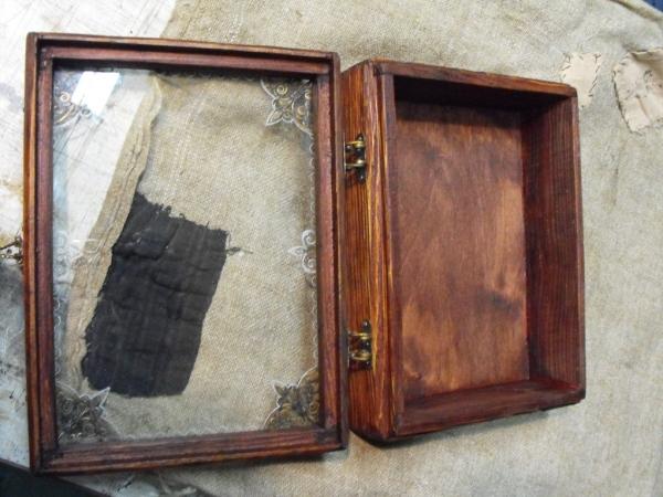 Футляр для ....., подвесной на стенку, со стеклянной крышкой.