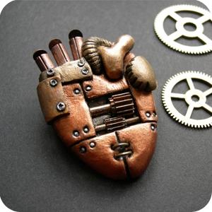 Украшения - механические сердца, субмарина и кругляш.