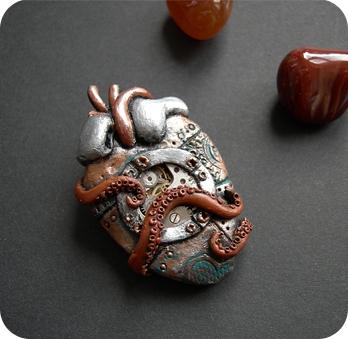 Украшения - механические сердца, субмарина и кругляш. (Фото 2)