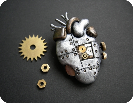 Украшения - механические сердца, субмарина и кругляш. (Фото 5)