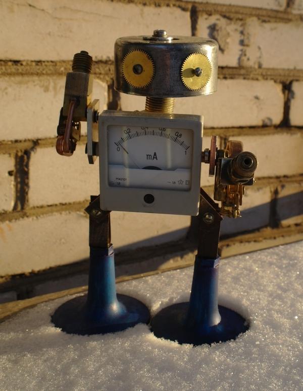 Робот из найденных деталей
