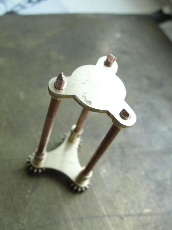 И снова флешка. Добавил механизм вращения стоек. (Фото 12)