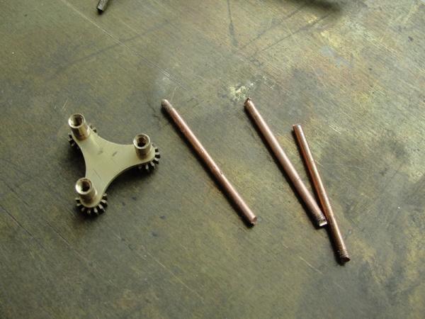 И снова флешка. Добавил механизм вращения стоек. (Фото 7)