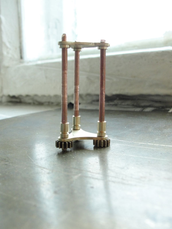 И снова флешка. Добавил механизм вращения стоек. (Фото 13)