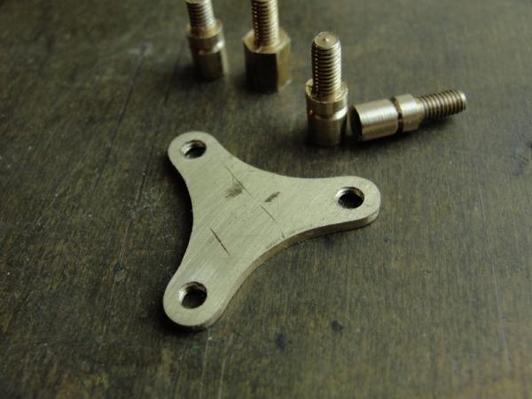 И снова флешка. Добавил механизм вращения стоек. (Фото 3)