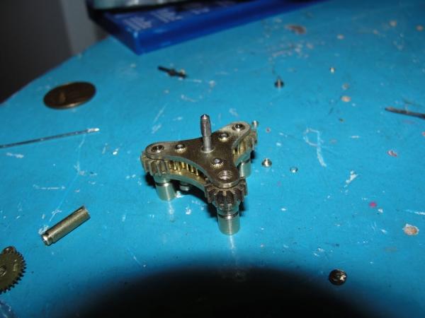 И снова флешка. Добавил механизм вращения стоек. (Фото 20)