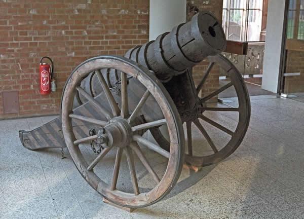 Деревянная пушка из музея в Германии, XVI век