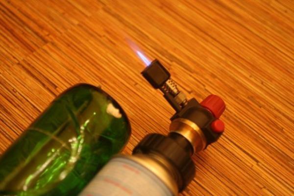 режем стеклянную бутылку