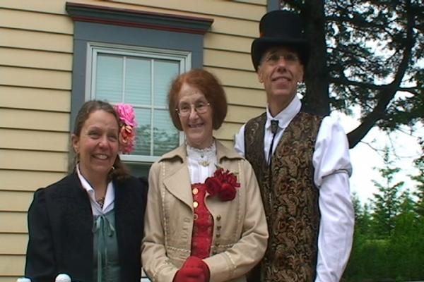 Хозяева дома Слева Джуллианна, справа Чарльз, а по середке тетенька- владелица кондитерской, которая испекла прикольный торт с шестеренками ...