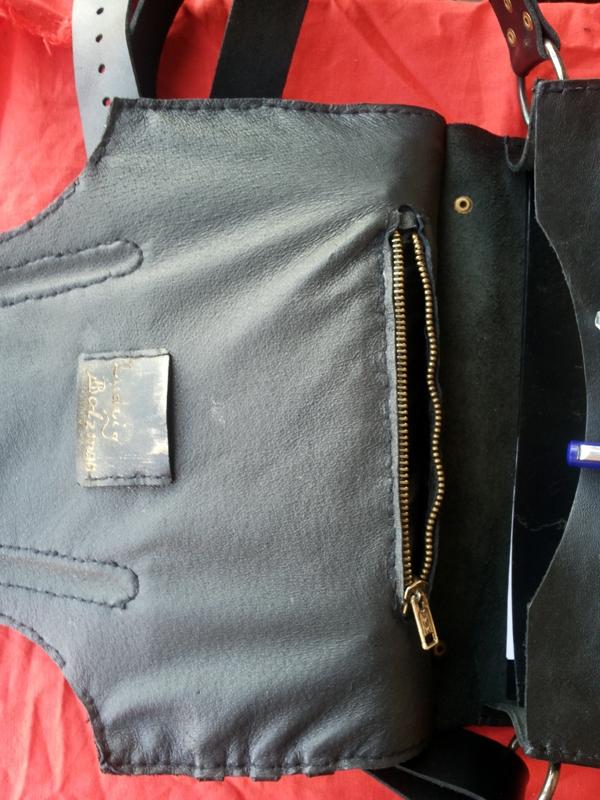 Потайной карман в клапане сумки.