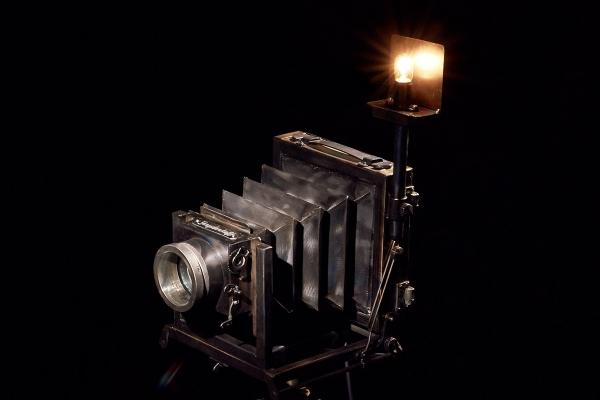 Старый карданный фотоаппарат из стали.