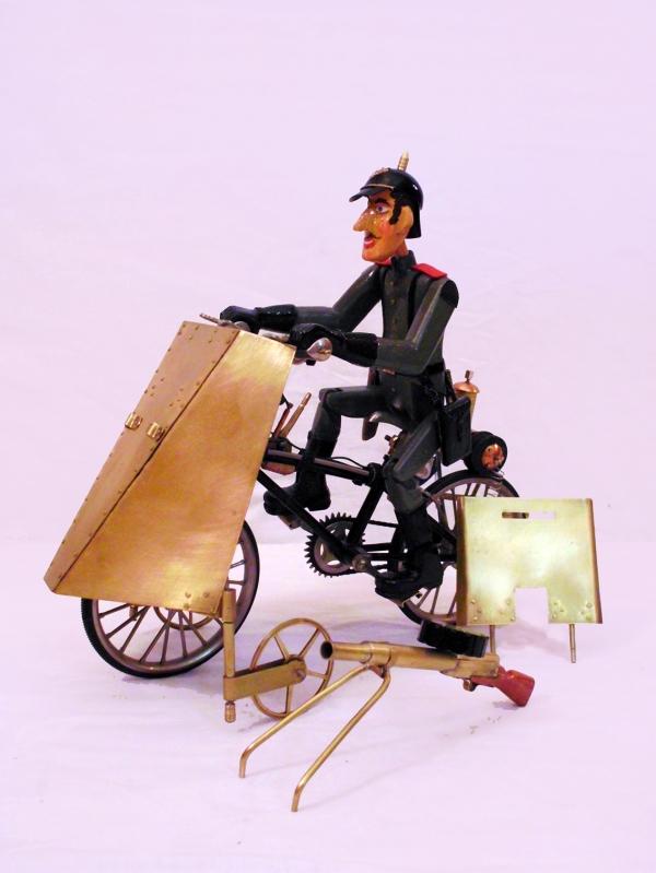 Легко бронированный велосипед с газолиновым двигателем.