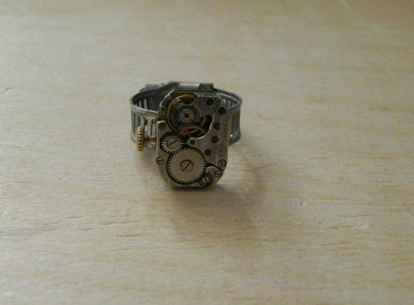 Klockwork ring