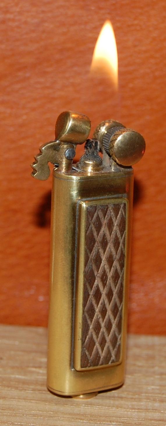 Зажигалка с деревянными накладками.
