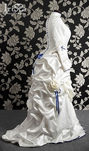 Свадебное платье в викторианском стиле с турнюром.