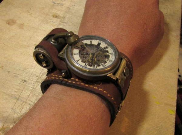 Наручнае часы-скелетон с внешней подсветкой