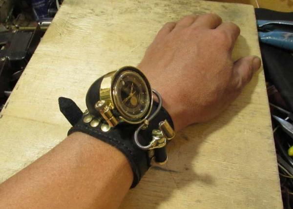 Еще одни косплейные наручные часы.