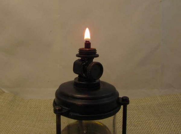 Масляная лампа с регулировкой фитиля.