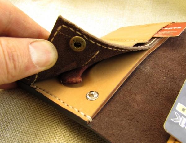Бумажник с застежкой-манометром и керамическим ножиком.