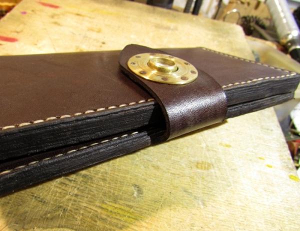 Бумажник с застежкой-манометром и керамическим ножичком.