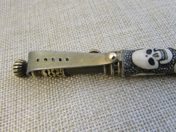 Ручка с резными черепами.