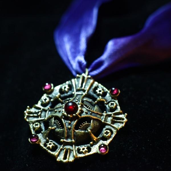 """Фотография ордена """"механический крест 1-й степени"""". Латунь, литье, гранаты."""