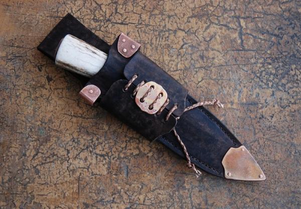 Нож в стиле стимпанк?.. заклепки, медь и кожа имеются.