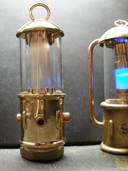 Стилизованные лампочки. Латунь, стекло, диод, батарейка.