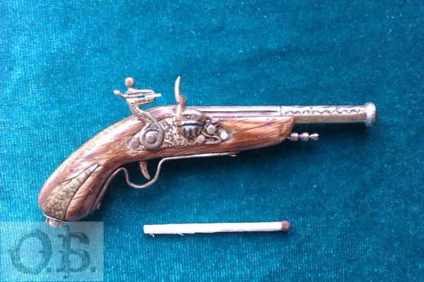 Миниатюрный пистолет с кремневым замком.