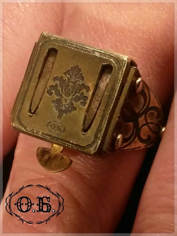 Перстень с раскладными клинками.