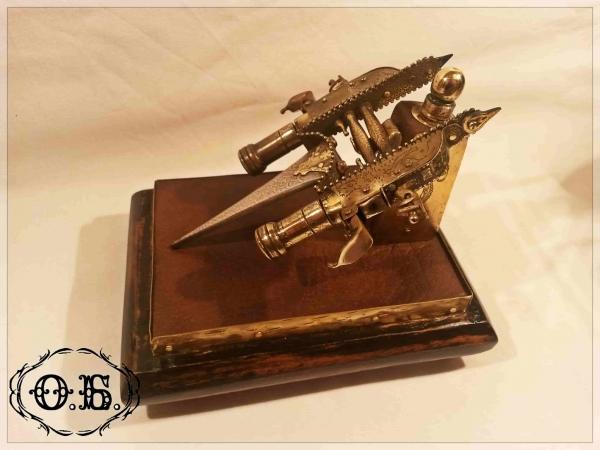 Миниатюрный индийский кинжал-катар с кремневыми пистолетами-карандашами.