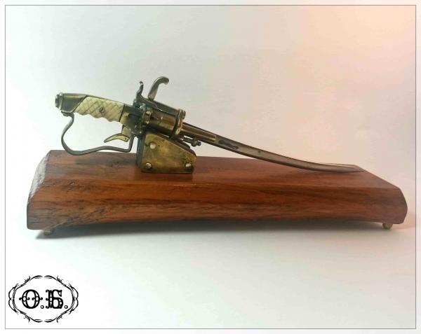 Миниатюрная модель бельгийского шпилечного револьвера-сабли (плюс карандаш)