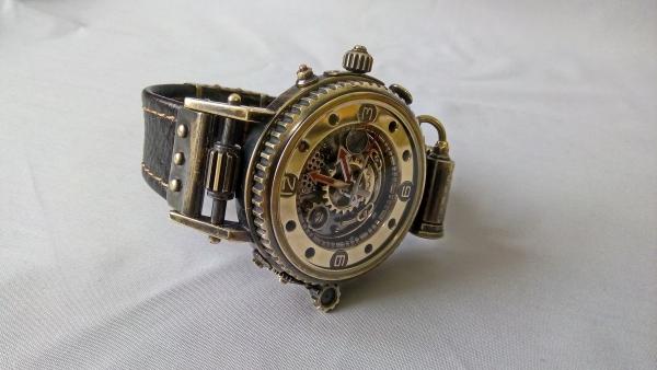 Часы на паровом ходу с подсветкой.