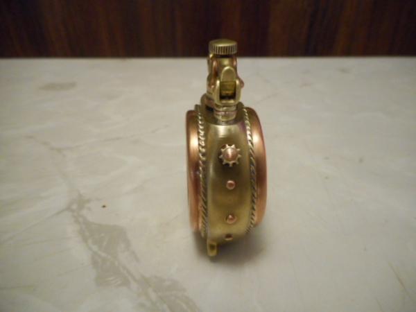 Прозрачная бензиновая зажигалка с монетой.