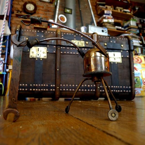Робот Стимеон, подносящий ключ 8 на 10