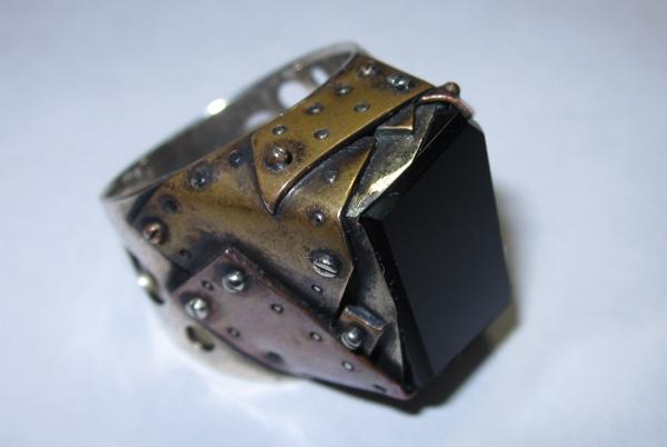 Кольцо из кусочков метала