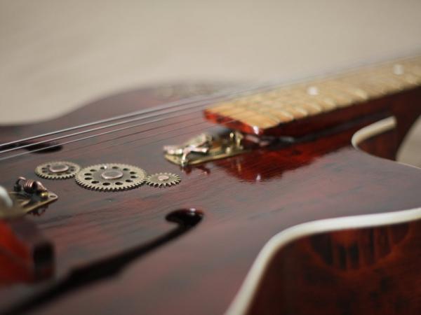 Гитара с элементами стимпанка.