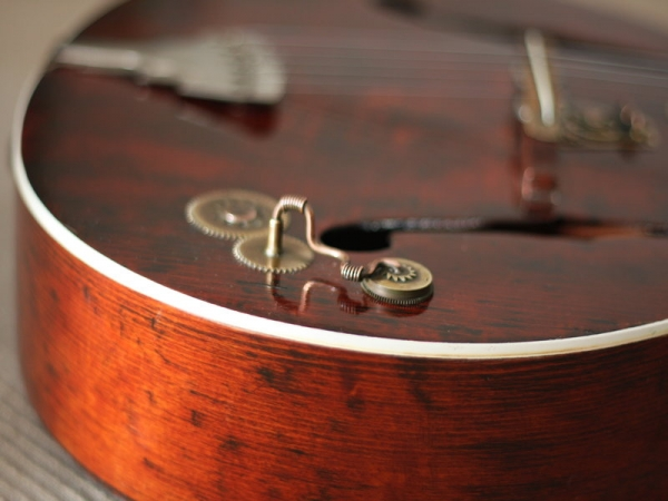 Гитара с элементами стимпанка. (Фото 4)