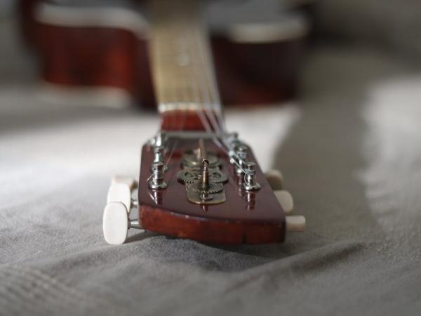 Гитара с элементами стимпанка. (Фото 5)