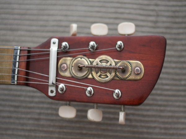 Гитара с элементами стимпанка. (Фото 9)