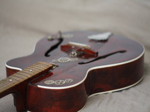 Гитара с элементами стимпанка. (Фото 7)