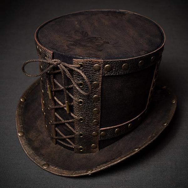Шляпа цилиндр в стиле стимпанк с заклепками.