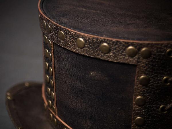 Шляпа цилиндр в стиле стим-панк с заклепками вид спереди