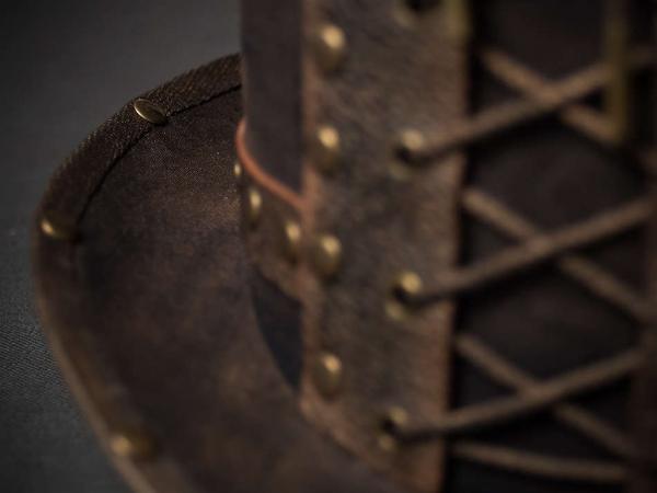 Шляпа цилиндр в стиле стим-панк с заклепками вид спереди крупно