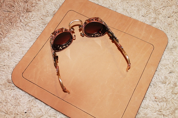 Оптические бинокуляры для защиты глазъ от яркаго свҌта.