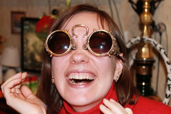 Оптическiе бинокуляры для защиты глазъ от яркаго свҌта.